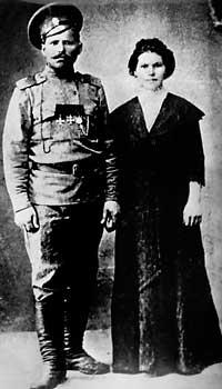 Фельдфебель Чапаев с женой Пелагеей Никаноровной. 1916.
